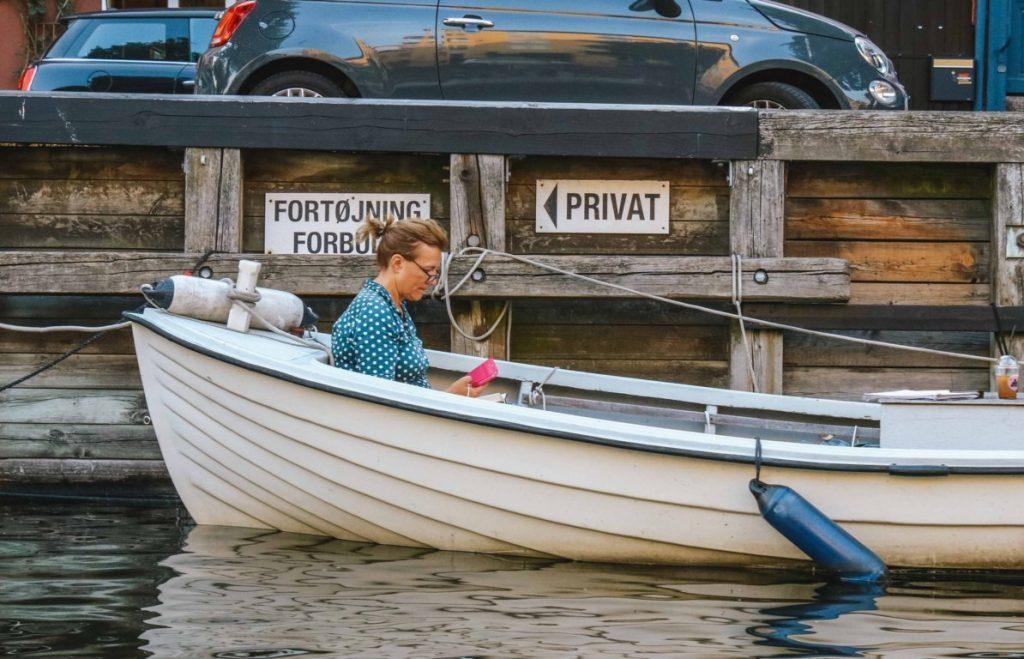 Leggere un libro sul Nyhavn