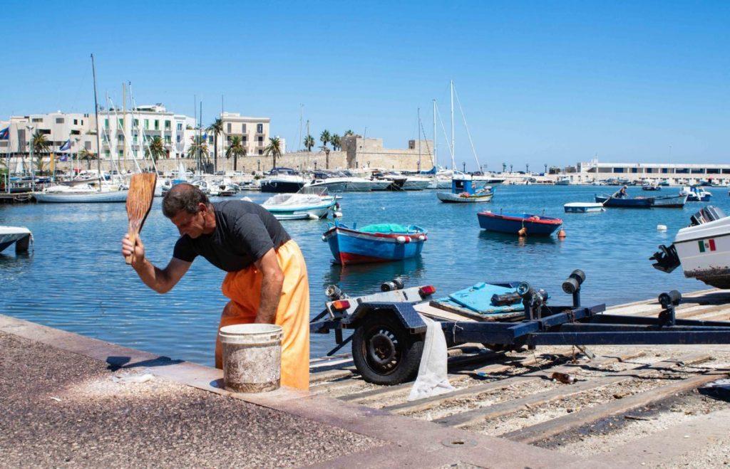 Pescatore con polpo a Bari