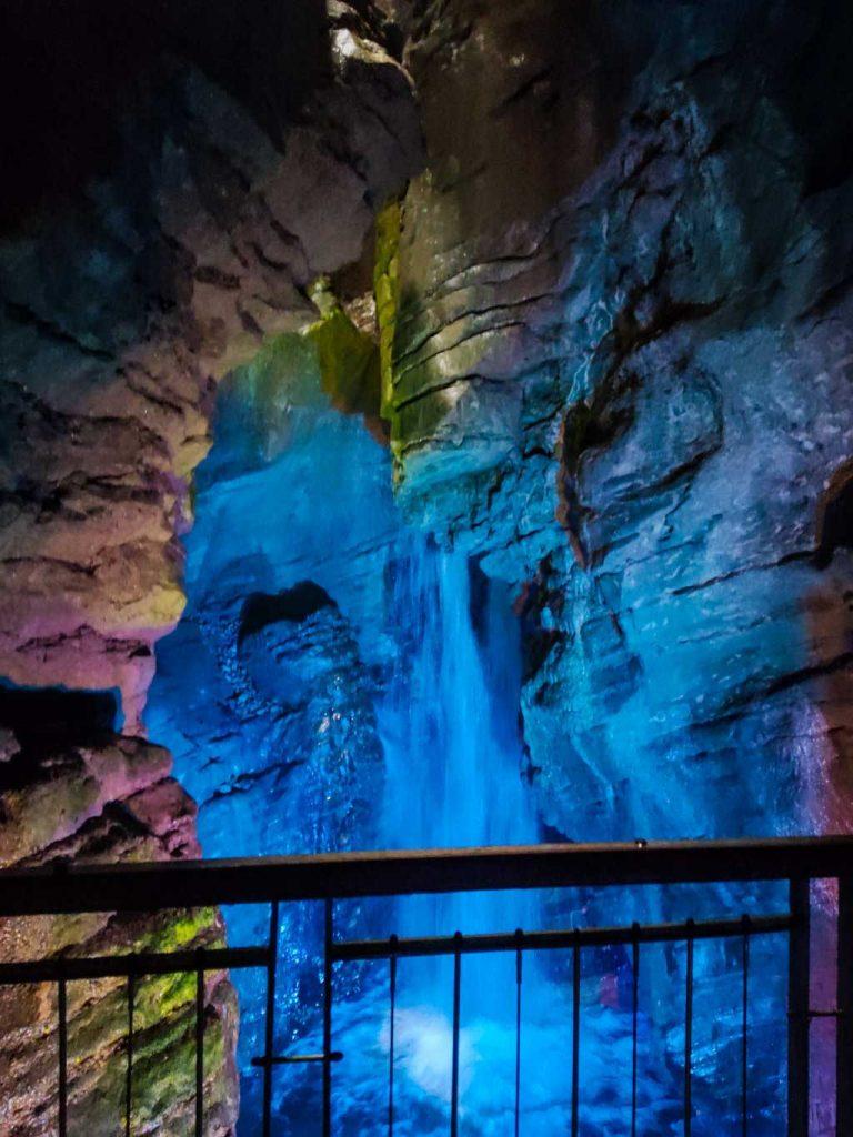 scorci delle cascate del Varone illuminato artificialmente